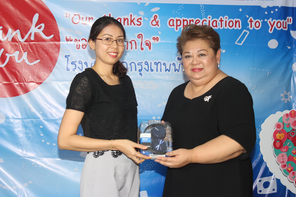 Nutsara Duangsri (left) from Pattaya Mail won Sony headphones.