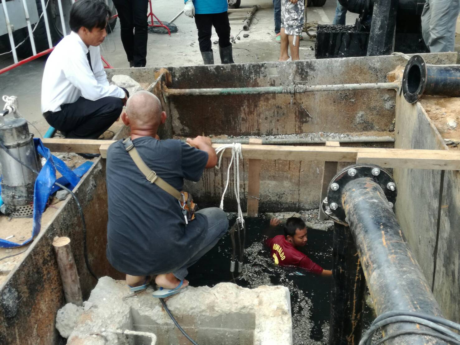 Pattaya city workers were called in to complete a badly delayed sewage pipeline project in Jomtien Beach that has residents up in arms.