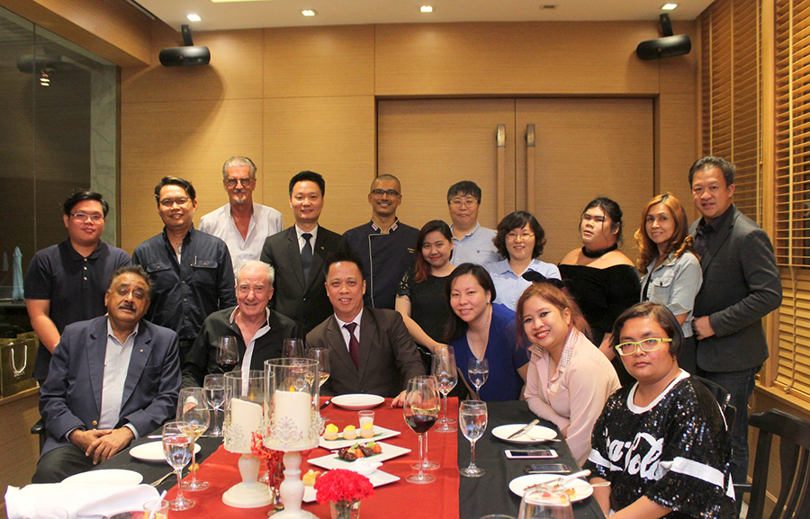 Neoh Kean Boon (seated centre) GM of the Dusit Thani Pattaya along with Chef Pathma and EAM Larry Choi pose for a photo with selected guests invited for the launch of The Bay International Skewers Restaurant.