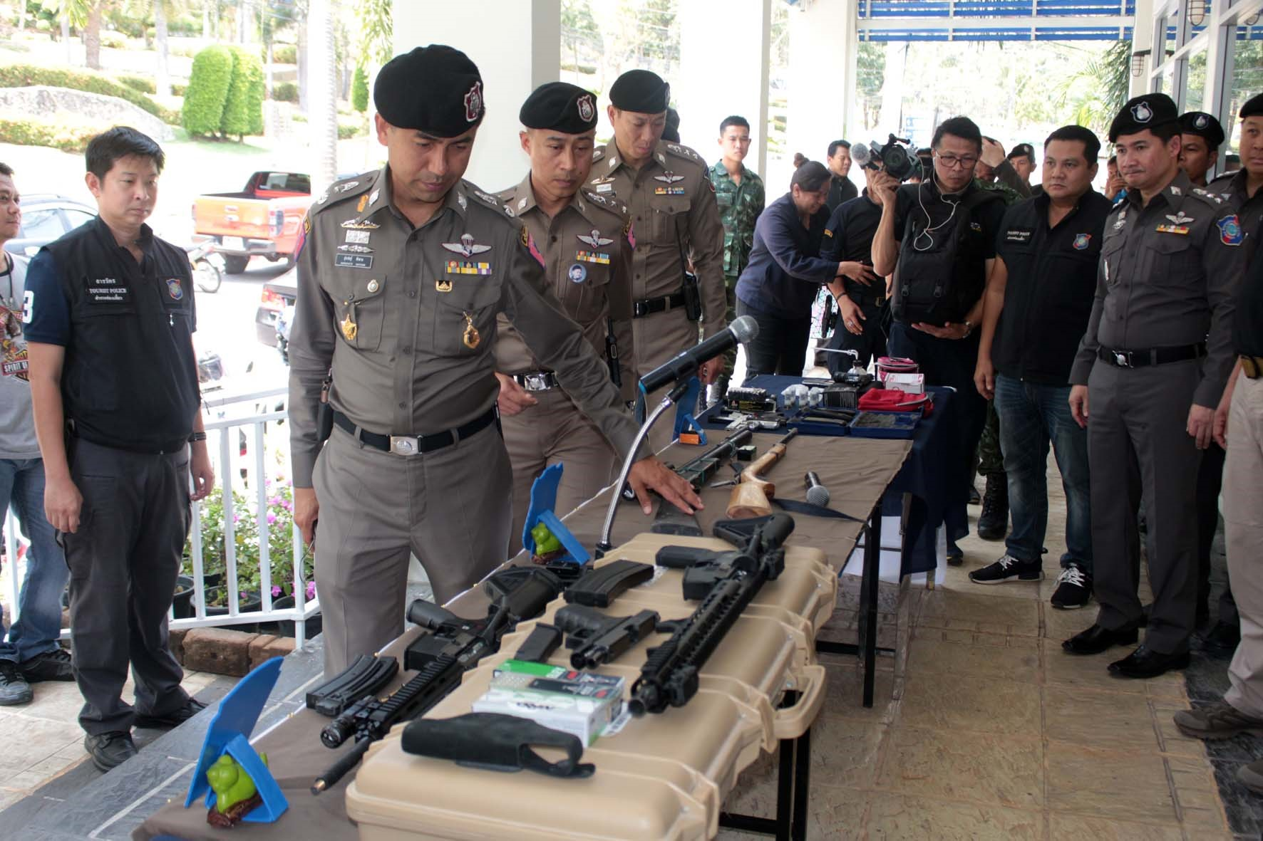 Police and soldiers seized more than a dozen illegal weapons in raids of 25 locations in Chonburi.