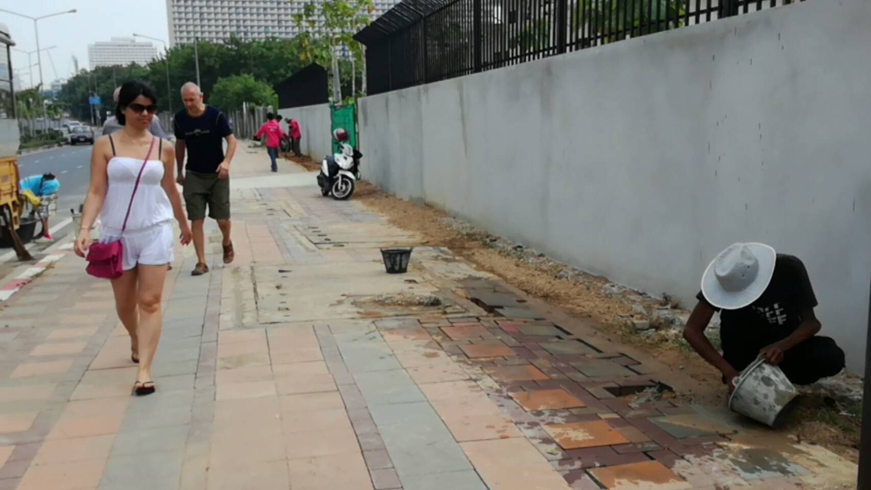 Pattaya city workers repaired the damaged and dangerous sidewalk on Jomtien Second Road.