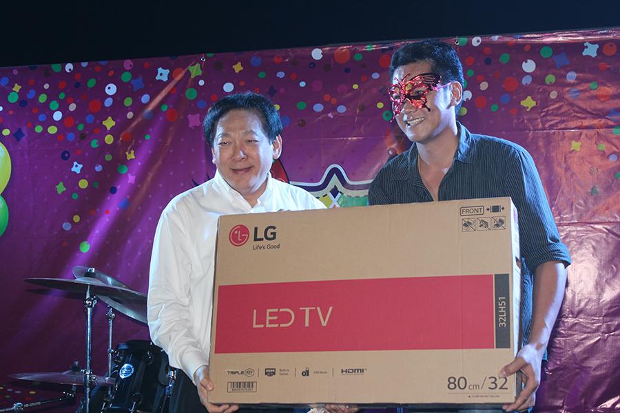 hanyuth Hengtrakul presents a 32-inch LED TV to Punya Visatesing.