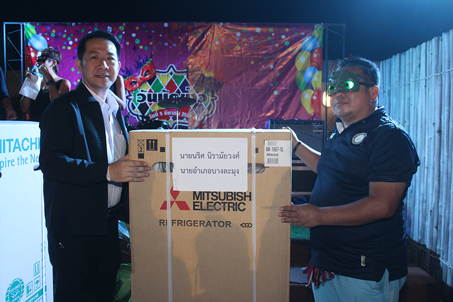 Naris Niramaiwong contributed 2 refrigerators for the raffle, one of which was won by Suchart Boolue.