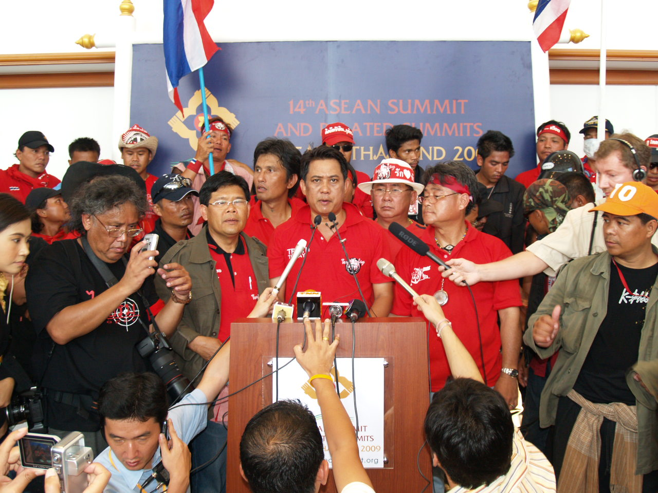 The Appellate Court has upheld a Pattaya court's 2015 ruling sentencing red shirt anti-government agitator Arisman Pongruangrong, show here at the microphone after leading red shirts activists to storm the 2009 ASEAN summit at the Royal Cliff Beach Resort, to four years in prison.