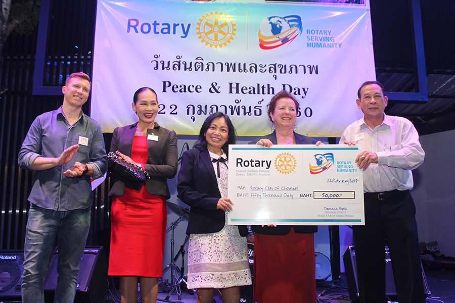 Pres. Dzenana Popin (2nd right) and PE Nachlada Pamonmontree (centre) of the Rotary Club of Jomtien-Pattaya presents a cheque of 50,000 baht to President Chamnote Plongudom of the Rotary Club of Chonburi.