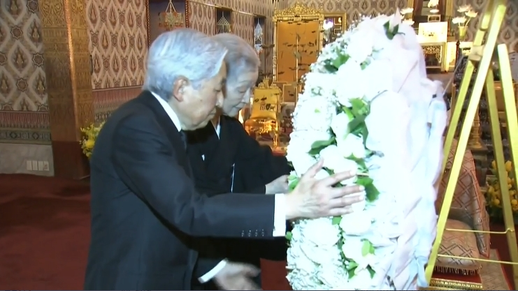 Thailand News 06-03-17 4 PBS Japan's Emperor and Empress pay respect to late King 1
