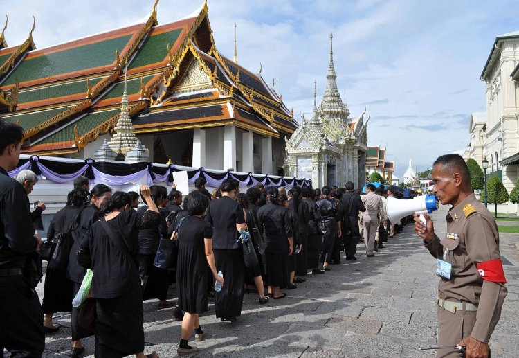 Thailand News 15-03-17 3 NNT People pay respects to late King Bhumibol 1
