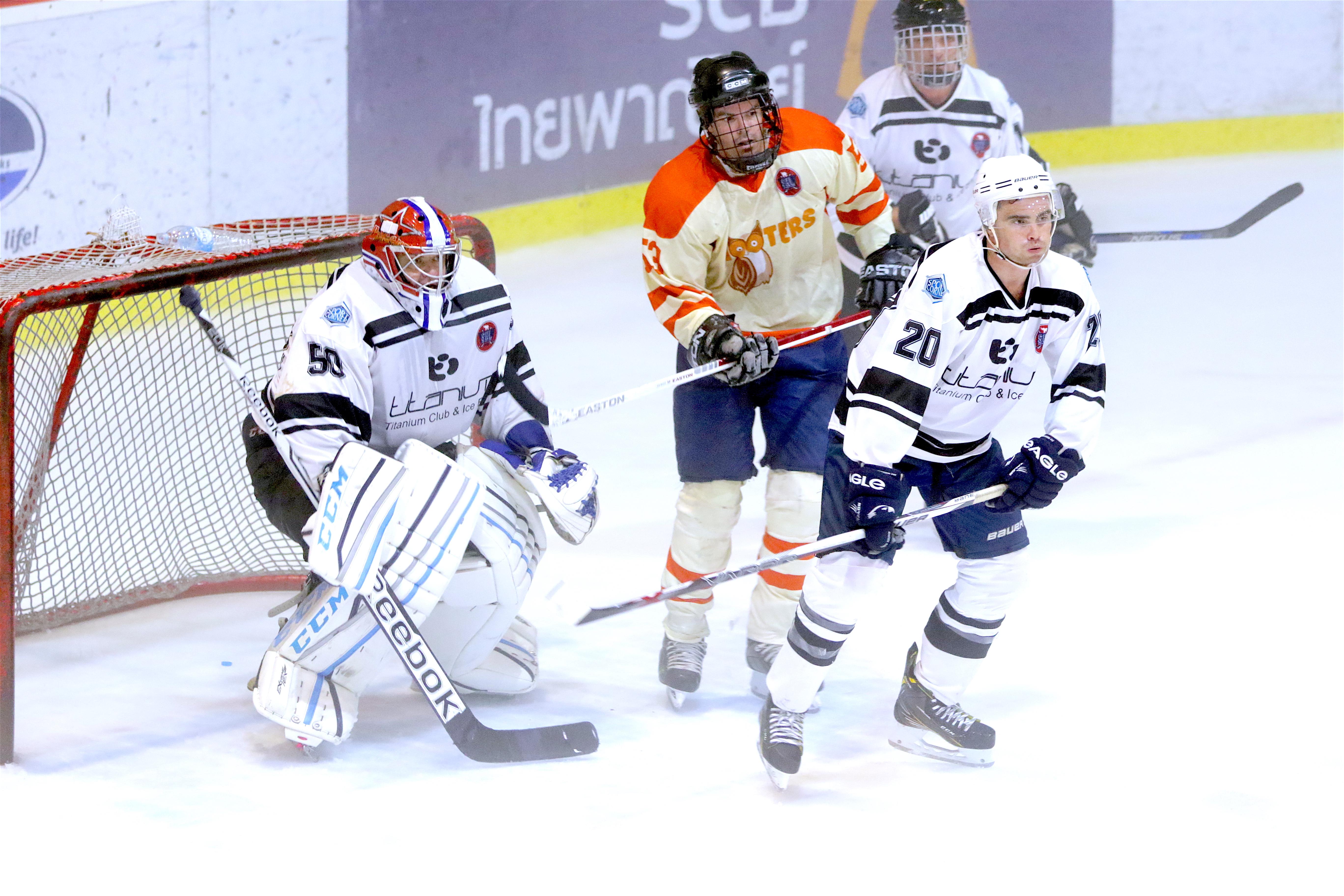 Sport Corner/Titanium and Hooters Nana are two of the teams competing in the new Thailand ice hockey league based in Bangkok. (Photo/Tadamasa Nagayama)