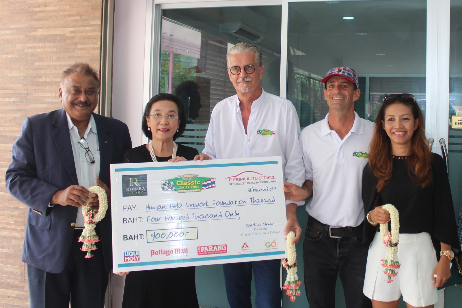 (l-r) Pratheep Malhotra media sponsor, Jo Klemm, Martin and Achara Koller hand over a check for 400,000 baht to Ratchada Chomjinda the Director of the Human Help Network Foundation.