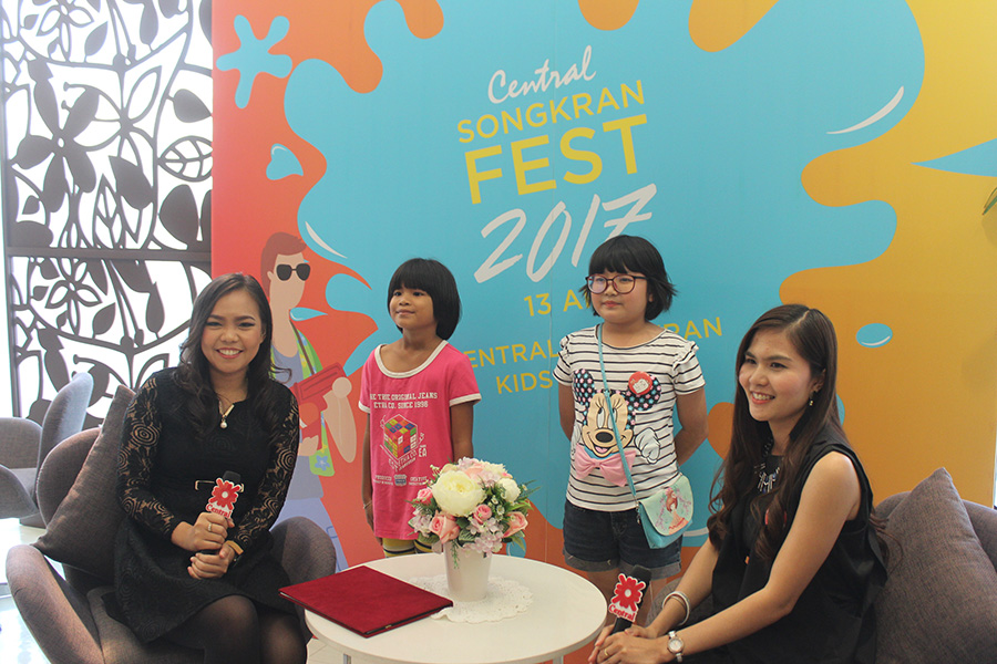 Kwanchanok Settawong (left), Marketing Manager of Central Department Store Co., Ltd., and Duean Rakkrakul (right), Marketing Support Department, invite children to take part in the Central Songkran Kids Contest 2017 to win scholarships.