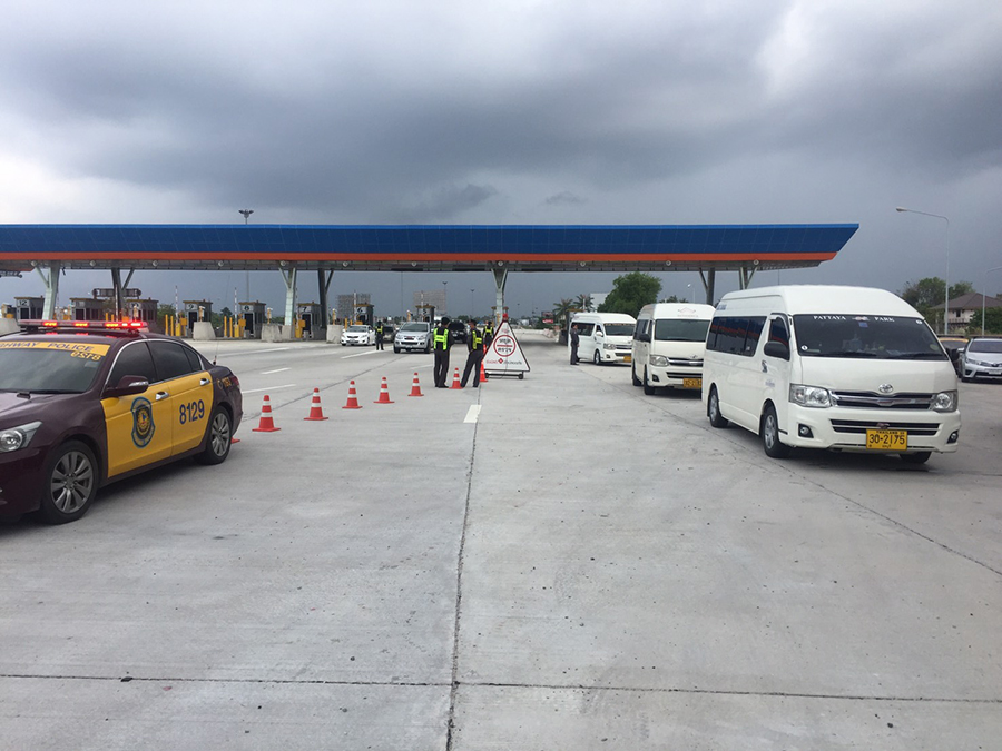 Highway and Tourist police continued their crackdown on illegal tour guides, this time setting up a checkpoint at the Nongprue Sub-district tollgate exiting Highway 7.