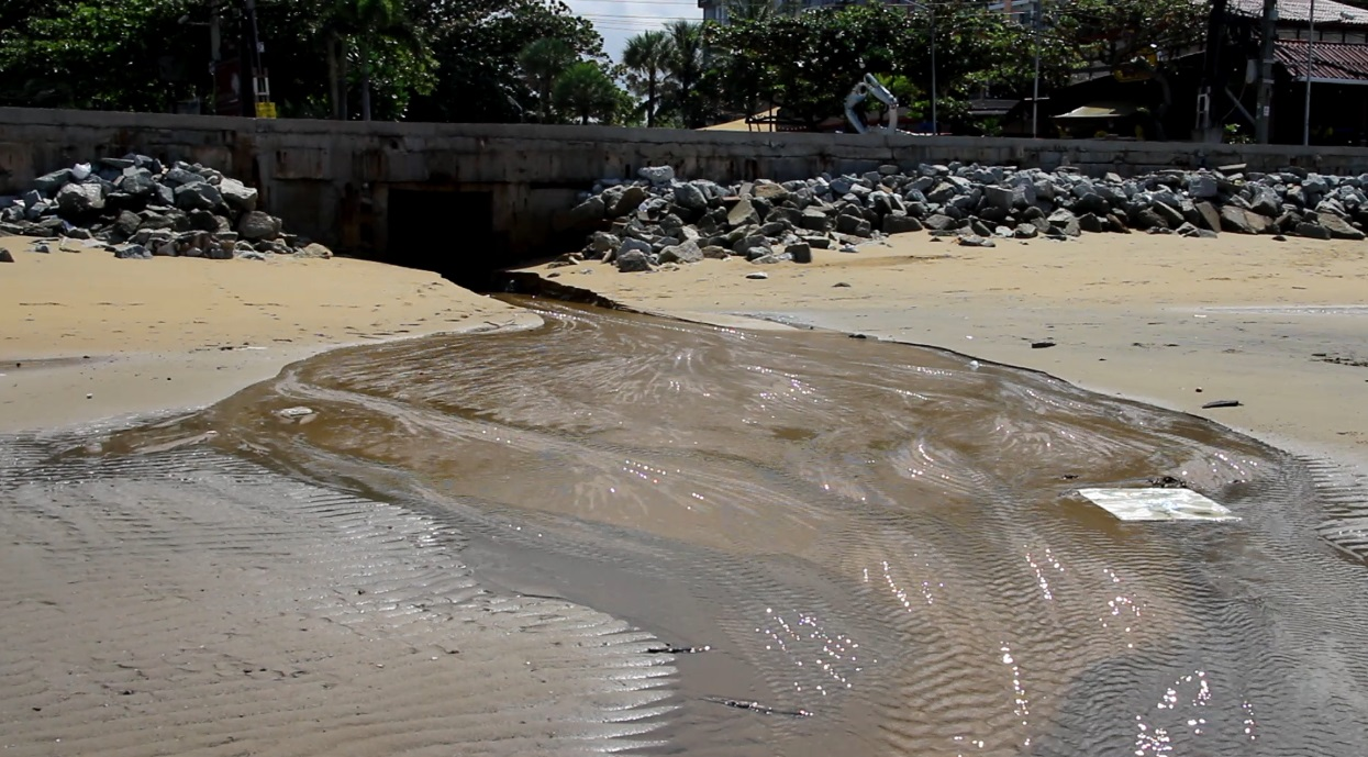 A Sattahip sub-district continues to pollute the outer reaches of Jomtien Beach with raw sewage, despite a Pattaya offer to treat the wastewater.