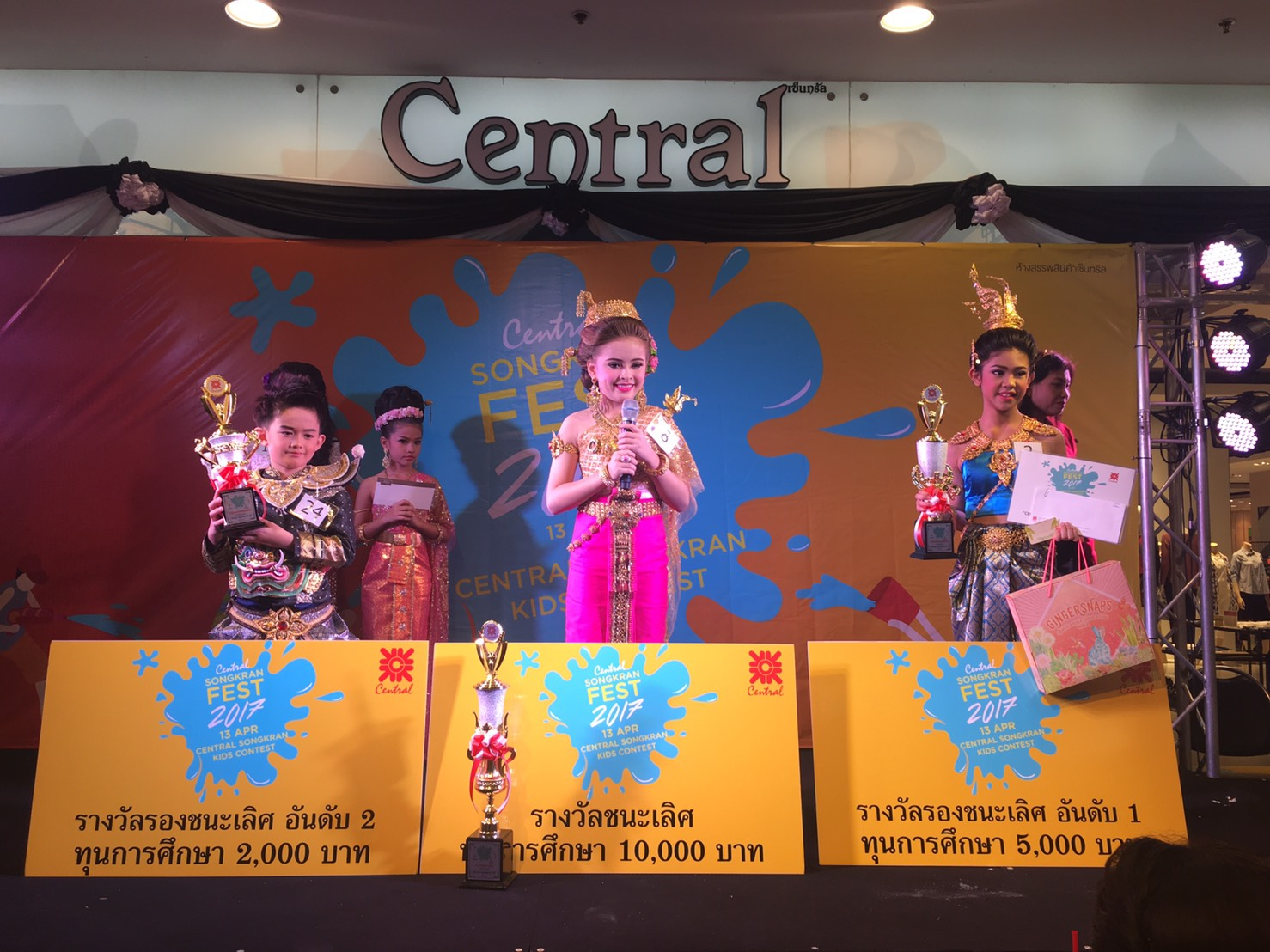 The first-place winner was Angie Palida (center), who won a 10,000 baht scholarship.
