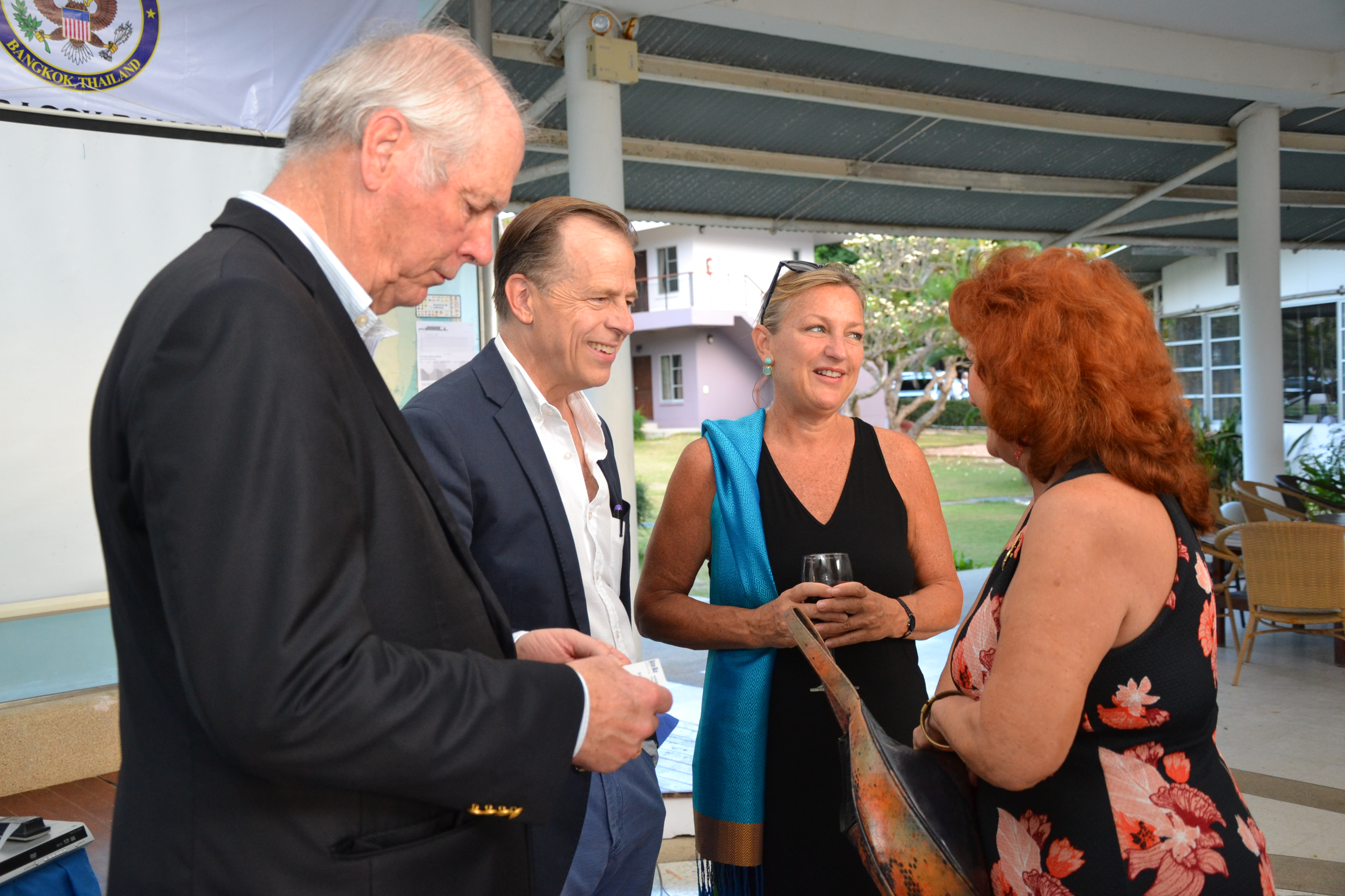 The ambassador greets Elfi Seitz, editor of the Pattaya Blatt.