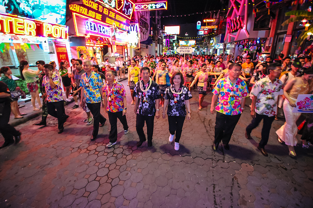 """Mayor Anan Charoenchasri leads city councilors and entertainment operators along Walking Street to officially open the """"Wet and cool the Thai way, Pattaya Wan Lai Songkran 2560"""" event."""