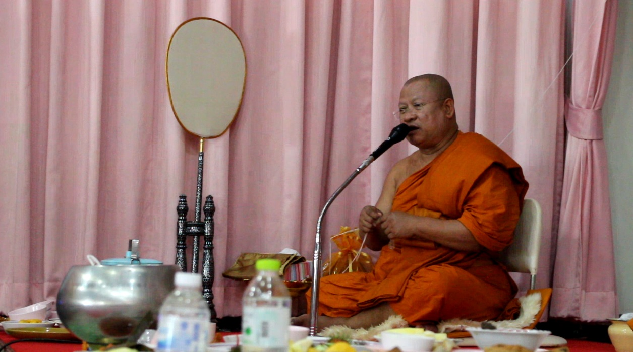 At Chaimongkol Temple, Abbot Panyarattanaporn presided over the merit-making services.