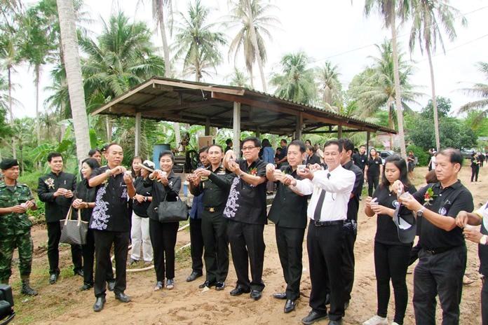 Chonburi Deputy Gov. Chanchai Iamcharoen and Banglamung District Chief Naris Niramaiwong presided over the release of the first 30,000 wasps in Huay Yai.