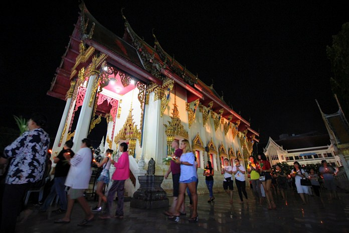 Worshippers perform the Wien Thein, walking 3 times around the temple while remembering the significance of the Three Jewels of Buddhism: the Buddha, Dharma and the Sangha.