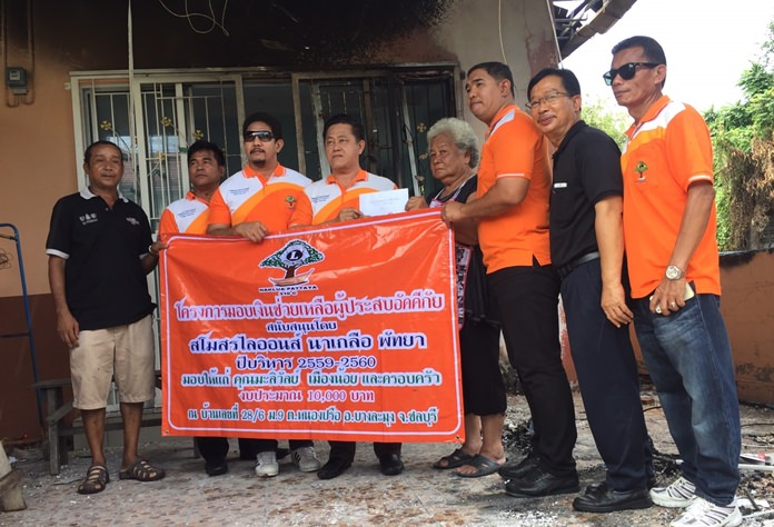 The Lions Club of Naklua-Pattaya donated 10,000 baht to Maliwan Muangnoi, who accidentally set her house on fire.
