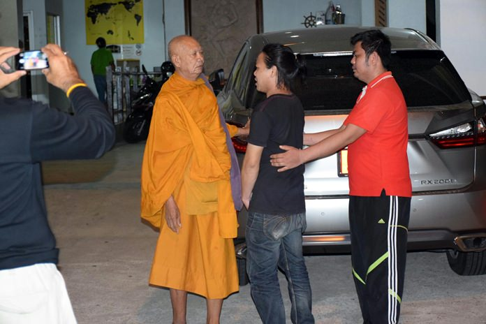 An 80-year-old monk, identified only as Phra Surin, reportedly assaulted 31-year-old Vitiwat Sanguantrakul as the younger man sat drinking on Soi Buakhao late May 25.