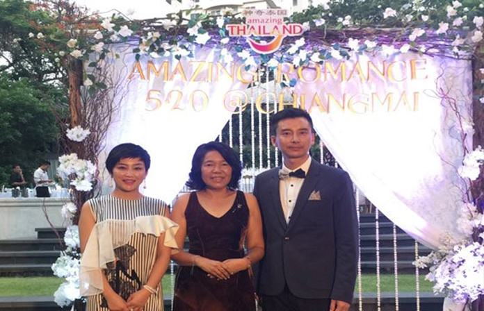 Ms. Runjuan Thongrut (centre), TAT Director of East Asian Region, and Mrs. Zhu Lijuan and Mr. Li Junbao