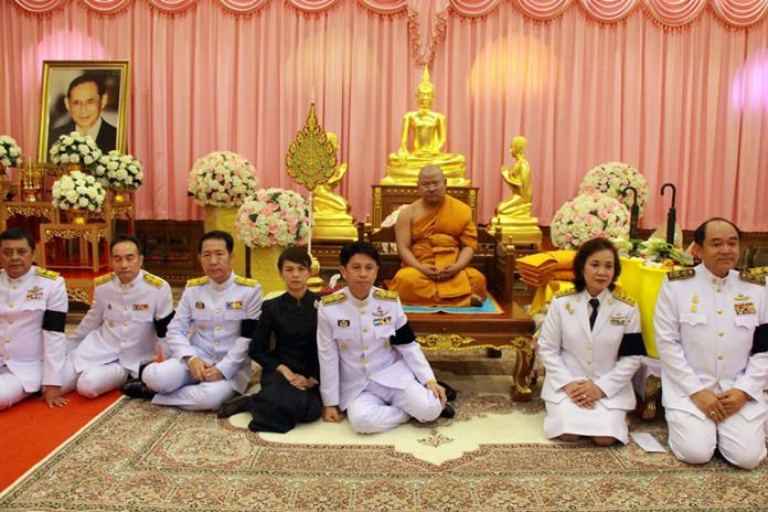 Pra Panyarattanapon (center), Chonburi's deputy dean of monks and abbot of Chaimongkol Temple, accepts a set of robes on behalf of HM King Maha Vajiralongkorn Bodindradebayavarangkun as a thank you for participating in funeral ceremonies for King Rama IX.