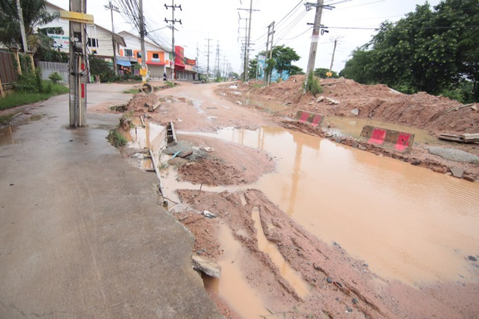 Soi Siam Country Club residents reiterated their unhappiness over the reconstruction of the East Pattaya street after the announcement its completion would be delayed indefinitely.