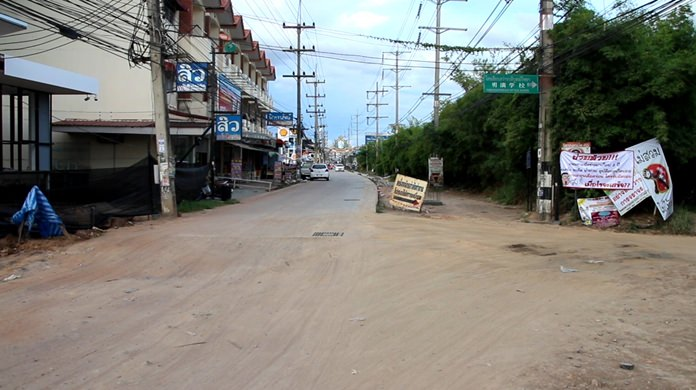 Soi Siam Country Club residents outraged by extreme delays in completing reconstruction of the thoroughfare have gone beyond complaining verbally. They've erected a sign.