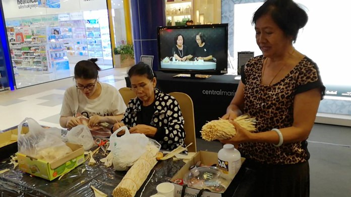 The Central Marina mall is giving everyone a chance to contribute to HM the late King's cremation ceremony in October by creating artificial flowers.