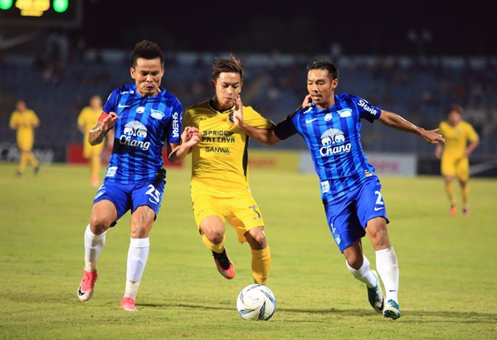 Pattaya United's Picha Autra (centre) challenges the Chonburi FC defenders during the two teams' Thai Premier League match at the Chonburi Stadium in Chonburi, Saturday, June 17. (Photo/Pattaya United)