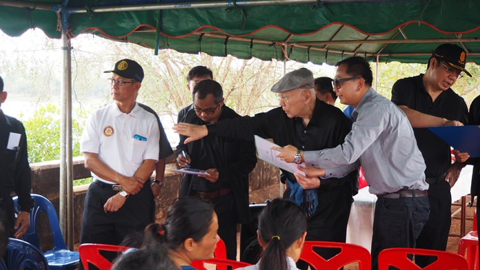 PRIP Bhichai Rattakul travelled to Nong Nontai in Sakon Nakhon province to personally inspect the Monkey's Cheeks project.