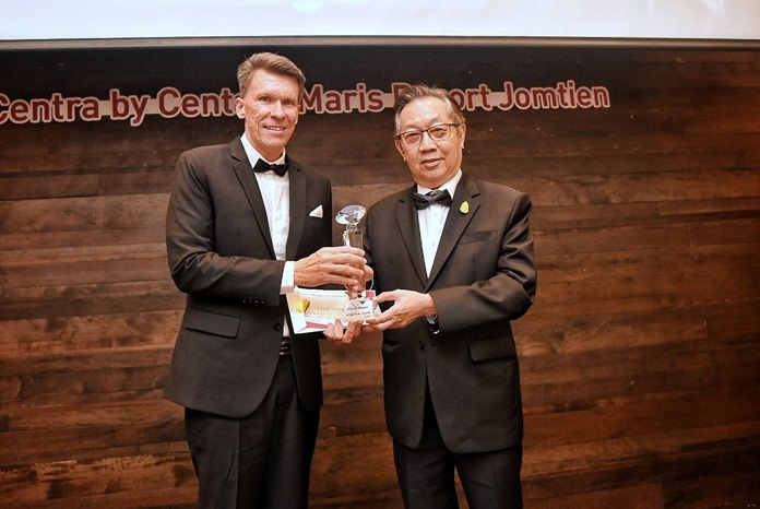 David Martens (left), General Manager at Centara Grand Beach Resort & Villas Hua Hin wins the General Manager of the Year Award and receives his trophy from Suthikiati Chirathivat, Chairman of the Board.