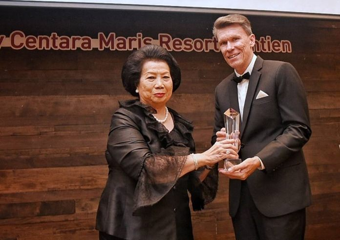 Khunying Sujitra Chirathivat (left), Honorary Advisor to the Board Committee, presents the Hotel of the Year Award to David Martens, GM at Centara Grand Beach Resort & Villas Hua Hin.
