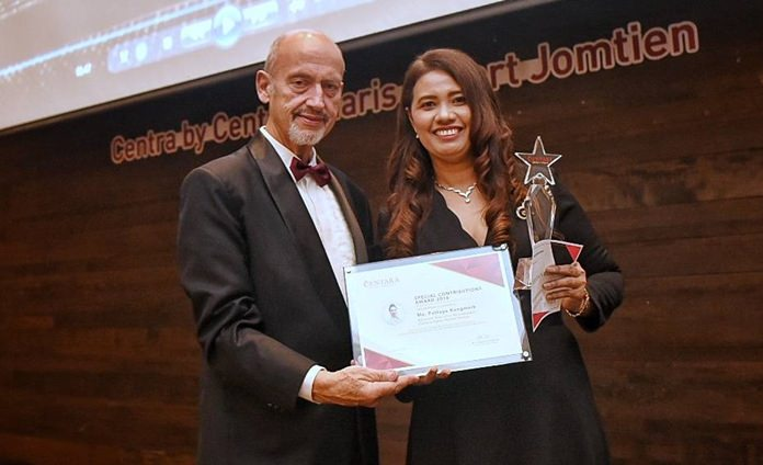 Gerd K. Steeb (left), Advisor to the Board presents Pattaya Kongmark, Asstistant Executive Housekeeper at Centara Karon Resort Phuket with the Special Contributions Award.
