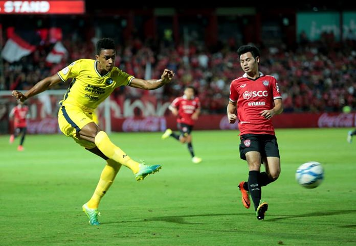 Pattaya United's Welligton Prior (left) fires in a shot against Muang Thong United at the SCG stadium in Bangkok, Sunday, July 2. (Photo/Pattaya United FC)