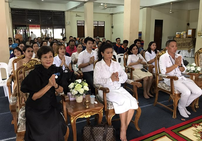 Diana Group Managing Director Sopin Thappajug (left) leads her group in making merit after donating Khao Pansaa candles to Wat Nongprue, Wat Khao Phothong and Wat Suttawas.