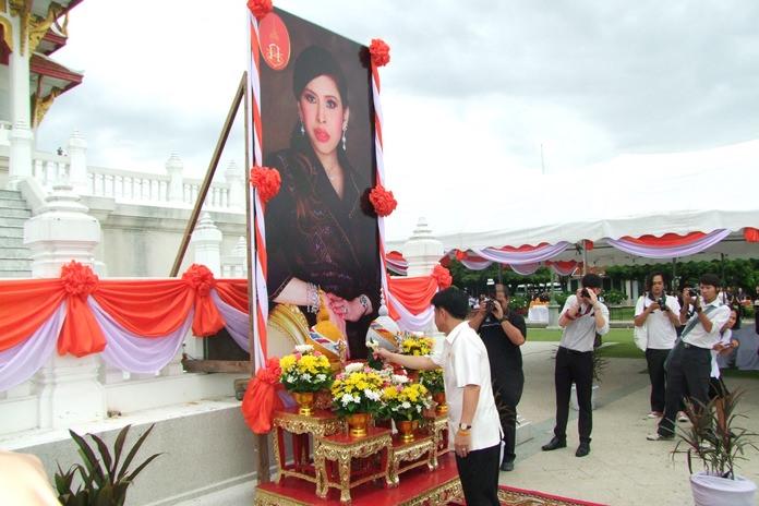 "Gov. Pakarathorn Thienchai leads the July 4 ""tak baht"" ceremony at Chonburi City Hall to commemorate the 60th birthday of HRH Princess Chulabhorn."