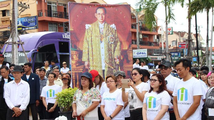 People sang songs and cleaned Jomtien Beach at an event to honor HM the late King's environmental activism.