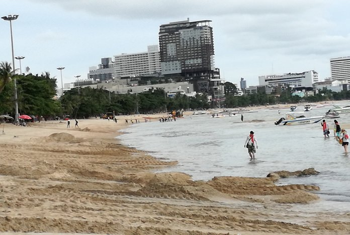 The central section of Pattaya Beach was the next in line to get a facelift as city workers continued their twice-weekly resurfacing.