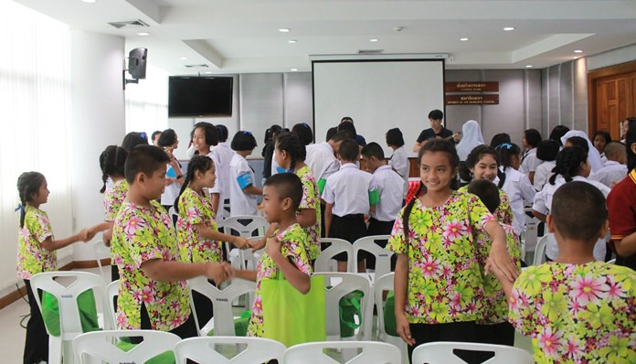 Nongprue students were urged to avoid risky business and remain on the straight and narrow at a workshop run by Bangkok social workers.