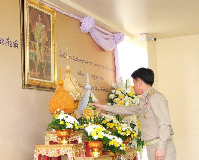 """Gov. Pakarathorn Thienchai opens the """"Bowing Heart"""" project at the provincial hall."""