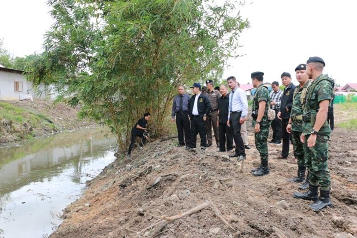 Soldiers, police and prison inmates cleaned the Nongprue Canal for three days to improve water quality in honor of HM the King's birthday.