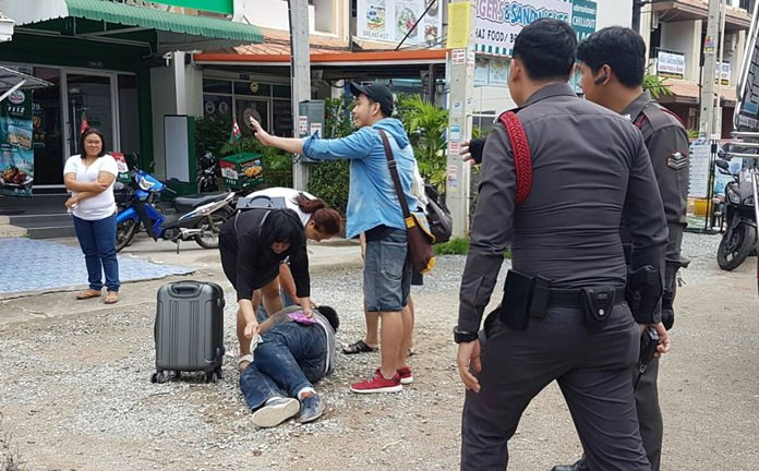 Officers arrived outside Baan Suan Lanna on Soi Chaiyapruek 1 to find the mother of 20-year-old Chi trying to restrain her screaming son from running into the street.