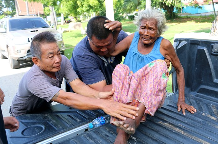 Police are appealing to the public to help locate the relatives of this elderly woman found wandering in Sattahip. Anyone who knows the woman should contact the Sattahip Police Station at 038-438-183.