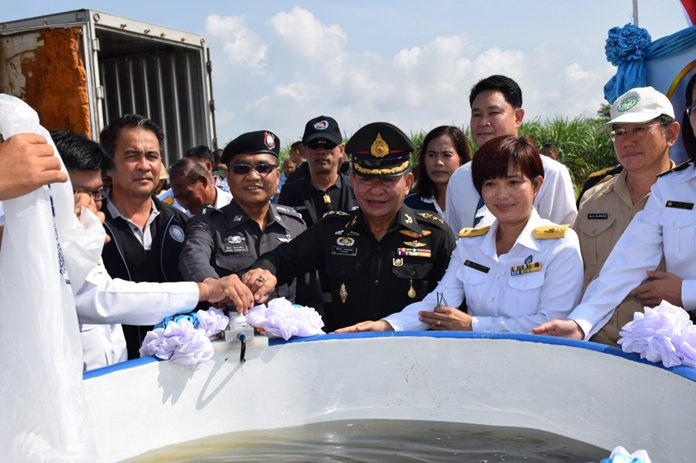 Col. Tatsanai Prathumthong presides over the release of 400,000 fish and marine animals into the Khlong Luang Ratchalothorn Reservoir.