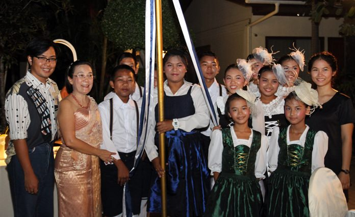 Radchada Chomjinda (2nd left) stands proudly next to the young 'Bandltanz' dancers and their trainers after their tremendous performance.