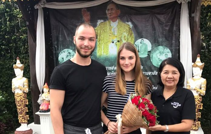 Pinnat Charoenphol (right), director of the TAT Chiang Mai Office, meets with Kaleth and Leifeld to personally convey the TAT's heartfelt gratitude.