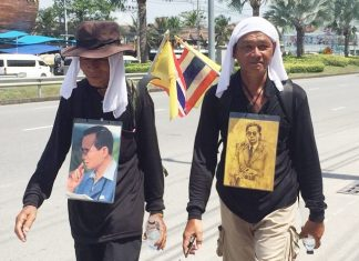 Chanthaburi men Wong Buddhamek, 70, and Manas Pakkarn are trekking on foot to Bangkok to pay their last respects to HM the late King.