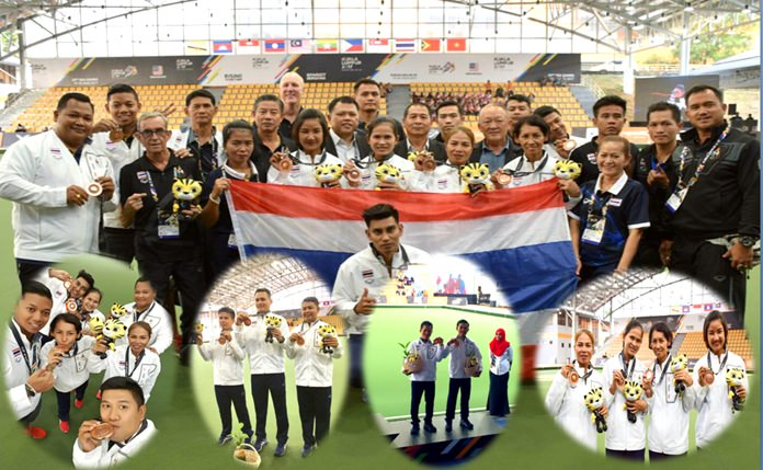 Thailand's successful national team bowlers pose with their medals after returning from the 29th SEA Games in Kuala Lumpur, Malaysia.