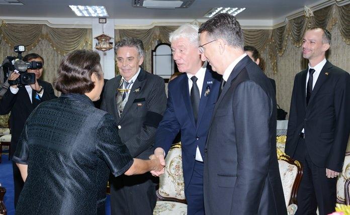A hearty welcome by the Princess. (l-r) HRH Princess Sirindhorn, Axel Brauer, Jürgen Koppelin and Ambassador Peter Prügel.